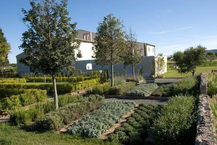 Il parco con aiuole di piante aromatiche come lavanda e rosmarino.