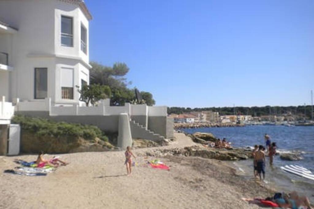 Vue de la maison depuis la petite plage de galets