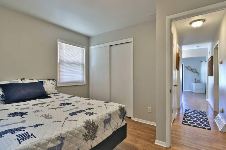 Bedroom w 1 queen bed