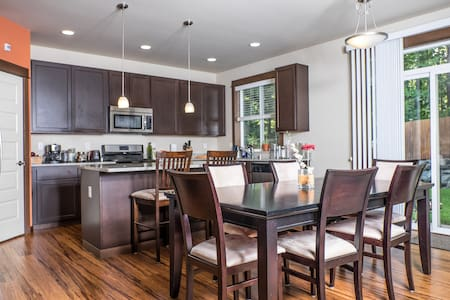 Bright quiet room in modern home - Bothell - Rumah