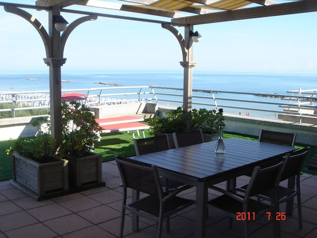 Superbe Terrasse de 200m2  front de mer !