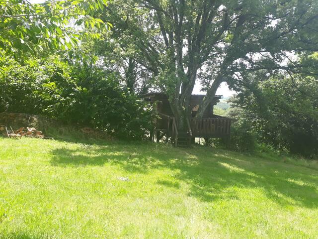 """"""" Lou  Pourtal 2 """" cabane en rondin dans l'arbre."""