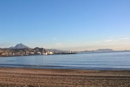 Luminoso estudio/Yksiö en la playa de El Campello