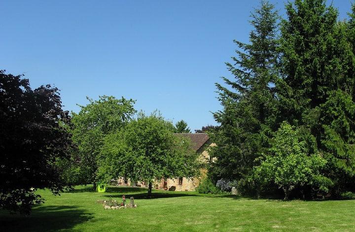 Au vert : parc arboré, cheminée, tomettes, poutres
