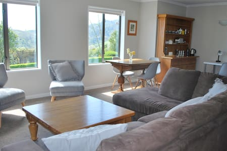 Central Nelson: Sunny Private Studio with a view