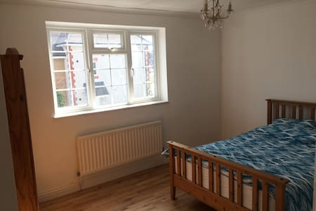 Very clean double room close to Heathrow - Staines-upon-Thames - 独立屋