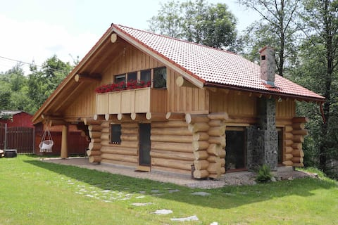 Cabană de bușteni la baza Munților Parâng