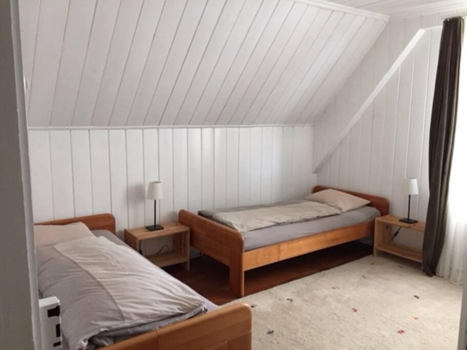 Schlafzimmer mit zwei Einzelbetten und Kleiderschrank