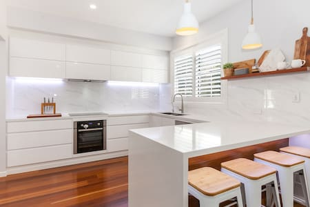 BRAND NEW GC BEACH HOUSE-WALK TO BEACH/SHOPS/CAFES - Burleigh Heads