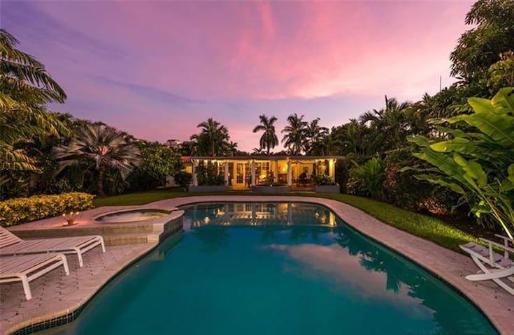 Villa Tranquillo - 4 bdrm w/pool, 10 mins to Beach