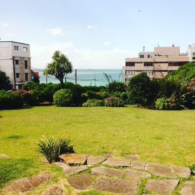 Vista al jardin y al mar desde el living comedor
