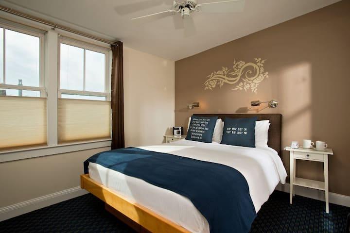 Room 4 (Queen Bed) - Benchmark Inn