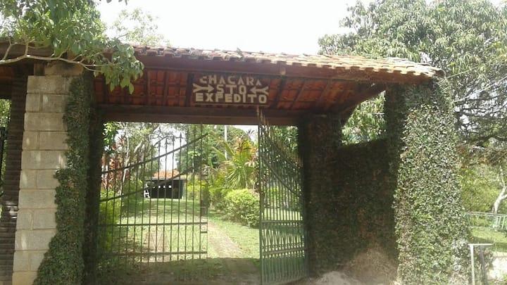 Chácara com piscina e churrasqueira em Mairinque