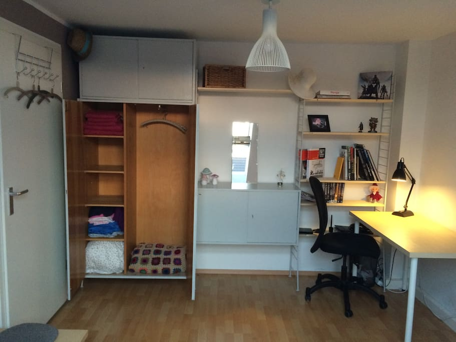 Schrank und Schreibplatz
