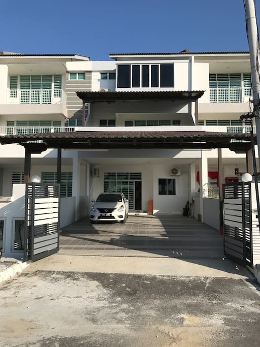Triple storey house with 4 car parking