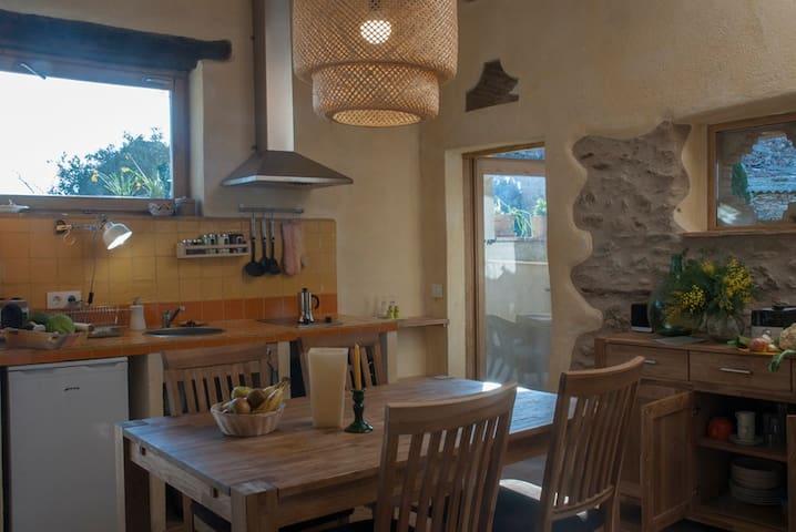 La cocina, pequeña y práctica con una puerta para acceder a la terraza y al porcho.