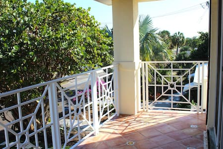 Cute, Bright Studio near Water - Lake Worth - Apartment