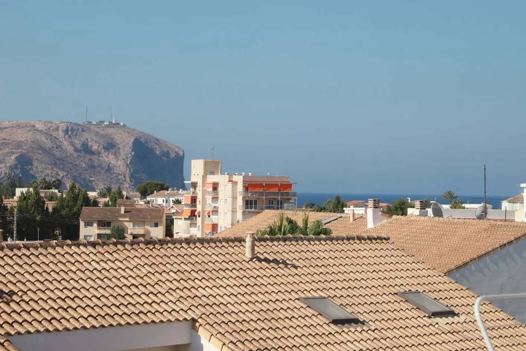 Vistas parciales al mar y al faro de Sant Antoni desde el balcón