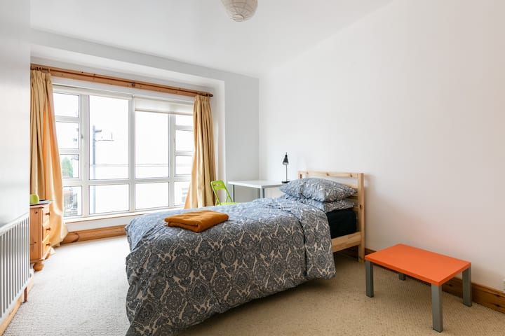 XL Bright bedroom, Free Parking, Certified, Nomads