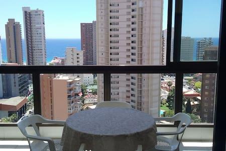bonito piso con piscina y vistas despejadas - ベニドーム