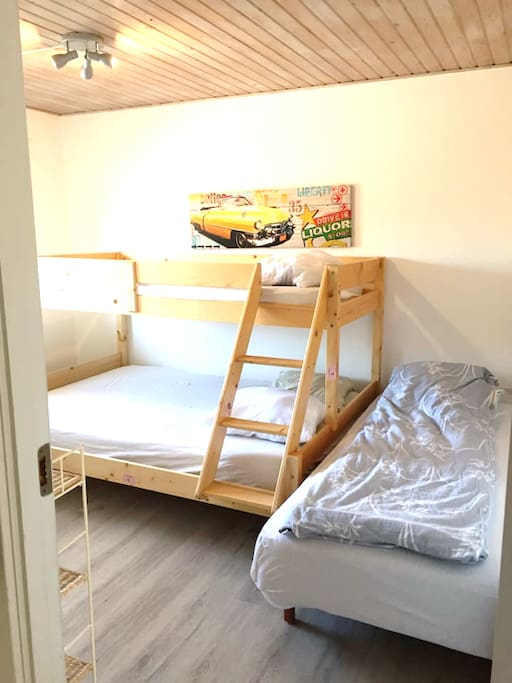 bunk bed with double bed below, singlebed above + extra single bed