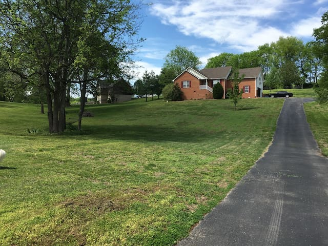 Home away from home: 3bd, 2ba, 1acre - Mount Juliet - House