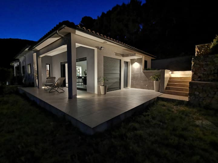 Chambre dans maison moderne avec vue panoramique