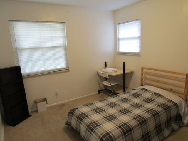 Private Twin Bed Room in a House near UTMC, I80/90