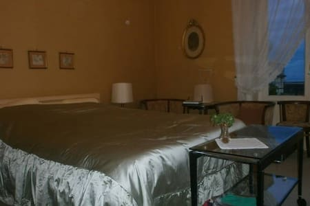 Wide and bright double room in Salerno city centre - Салерно