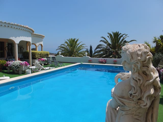 Beautiful one bed apartment with lovely sea views.