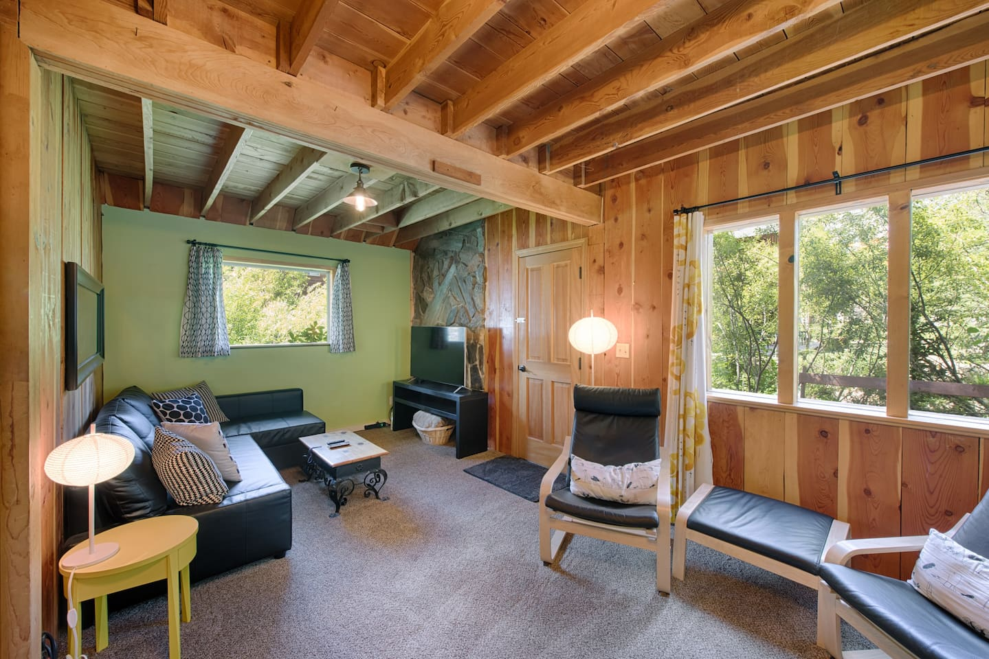 Lemonwood Cabin is waiting for you! Come enjoy this cozy, charming getaway. Near the lake and has its own hot tub. Tervetuloa! Welcome in Finnish language.
