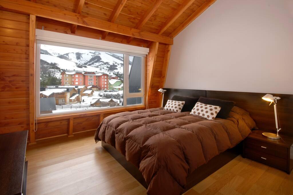 Habitación principal con cama matrimonial.  Bedroom with double bed. Quarto com cama casal.