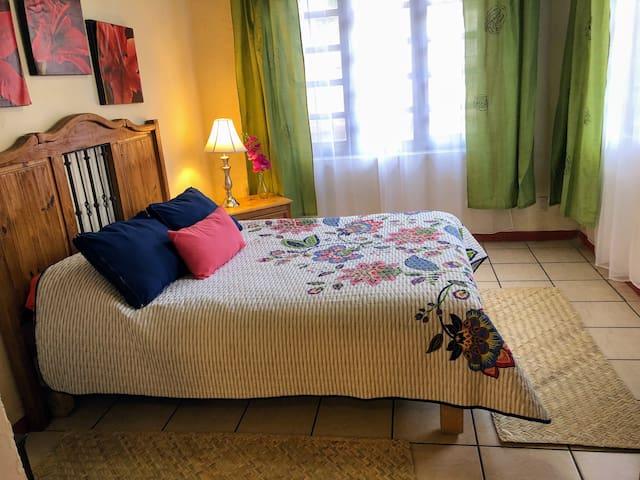 Habitación #2 Habitación con cama matrimonial y cuna para bebé, cuenta con calentador y ventilador.