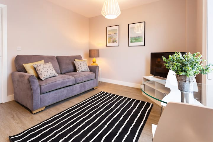 Modern well equipped Cardiff Central Home