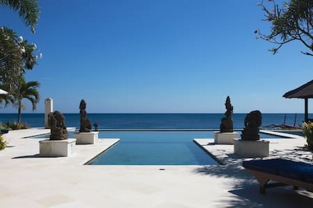 Villa Sali: luxury beach villa with staff!
