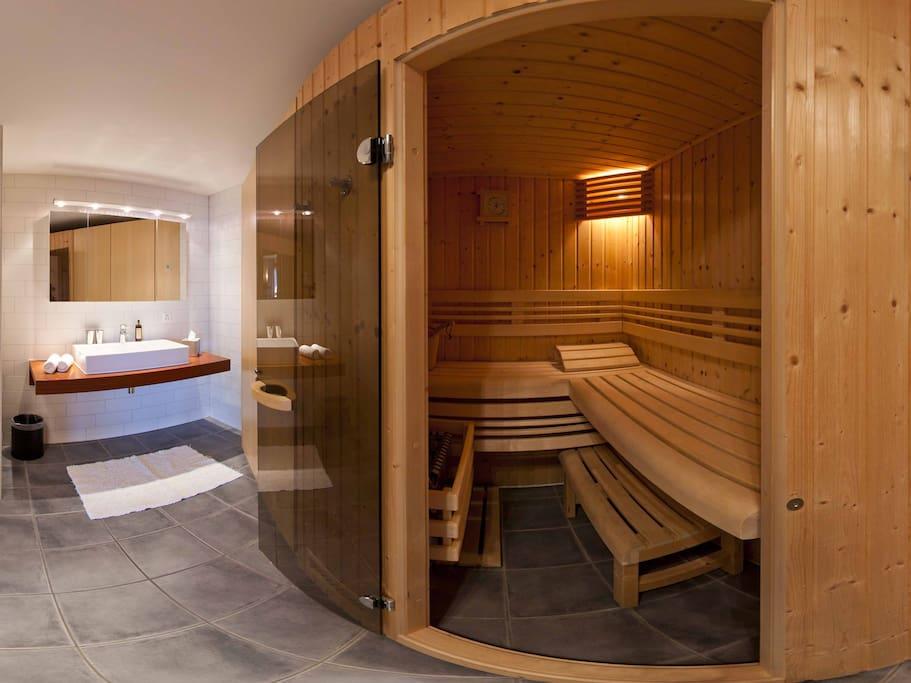 Salle de bain avec sauna