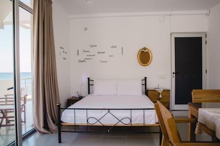 Διαμέρισμα στην κεντρική παραλία του Μακρύ Γιαλού