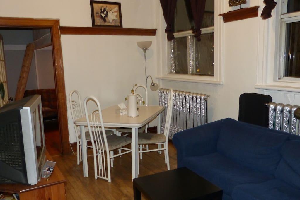Le salon et salle à manger. The living and dining room.