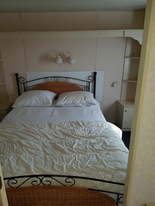 Masterbedroom met 2 persoonsbed, los 1 persoonsmatras onder bed, kledingkast en een bureautje met spiegel. Tevens heeft deze kamer een eigen doorgang naar de badkamer.