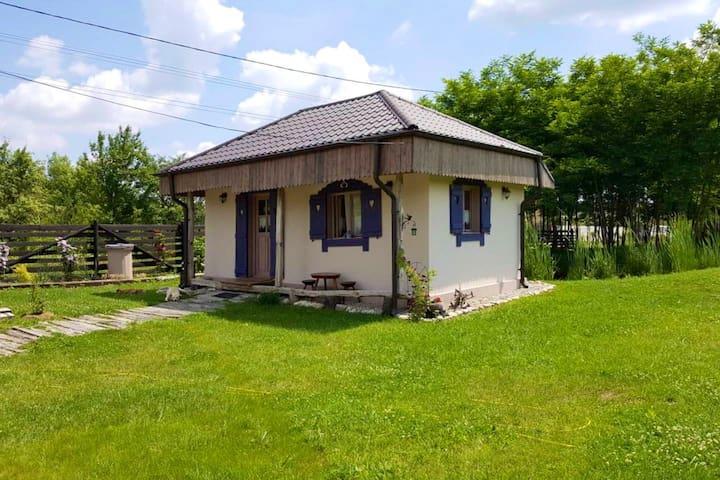 Popa's Tiny Country House, Căsuța din povești