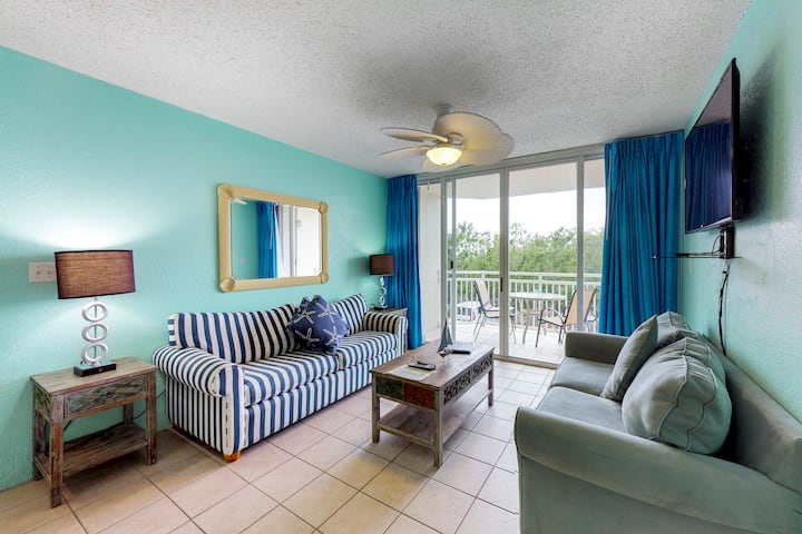 Sunrise Suites condo w/ balcony! Shared pool, hot tub, tennis, free parking!
