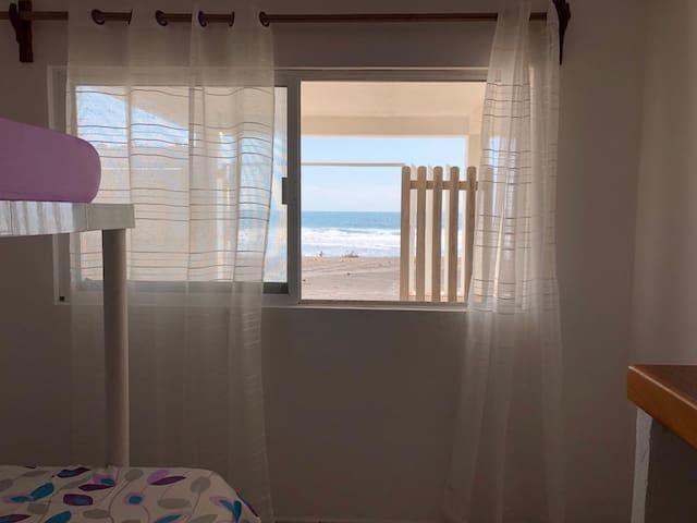 Planta baja recamara 2 con una litera matrimonial/individual. Justo frente al mar! Abre la ventana y disfruta de la vista del mar a solo unos pasos!