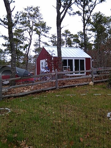 The newly restored Red Shed on pastoral 1/2 Acre - Harwich - Apartment