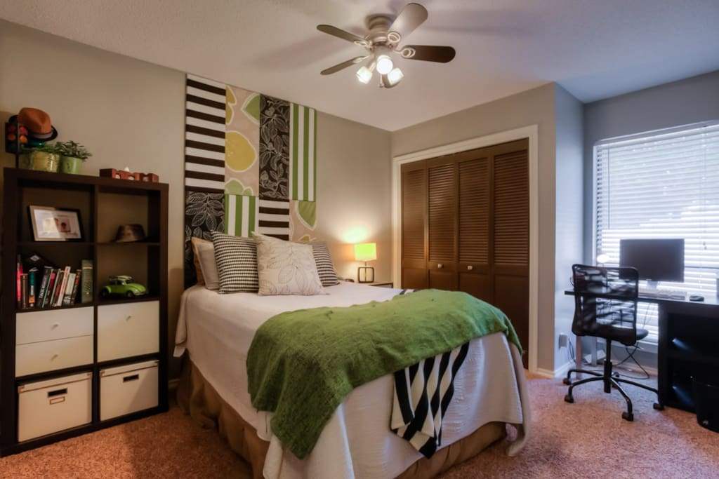 Guest Bedroom: Full-sized bed