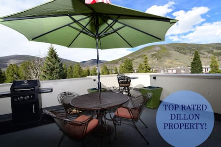 Centrally Located in Town-Garage-Fireplace-Hot Tub