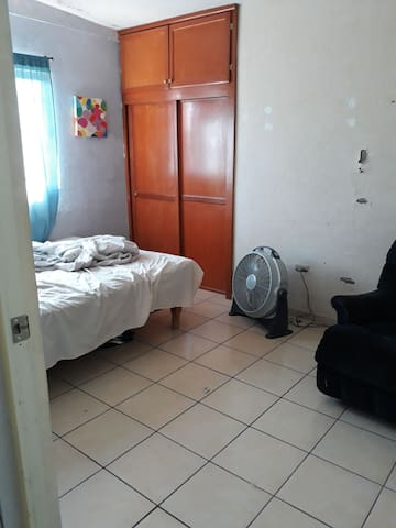 habitación sencilla iluminada Con wifi