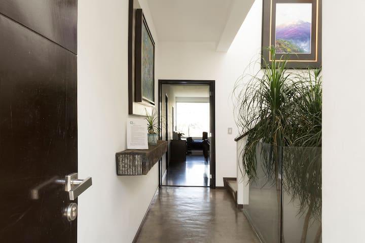 Recibidor, acceso directo a Casa KaVa I. Al entrar, del lado derecho está la escalera que baja a Casa KaVa II, el otro Depto. totalmente independiente q/ también se ofrece en renta, por el momento p/6 personas en breve será para 8 (caben 13 en ambos)