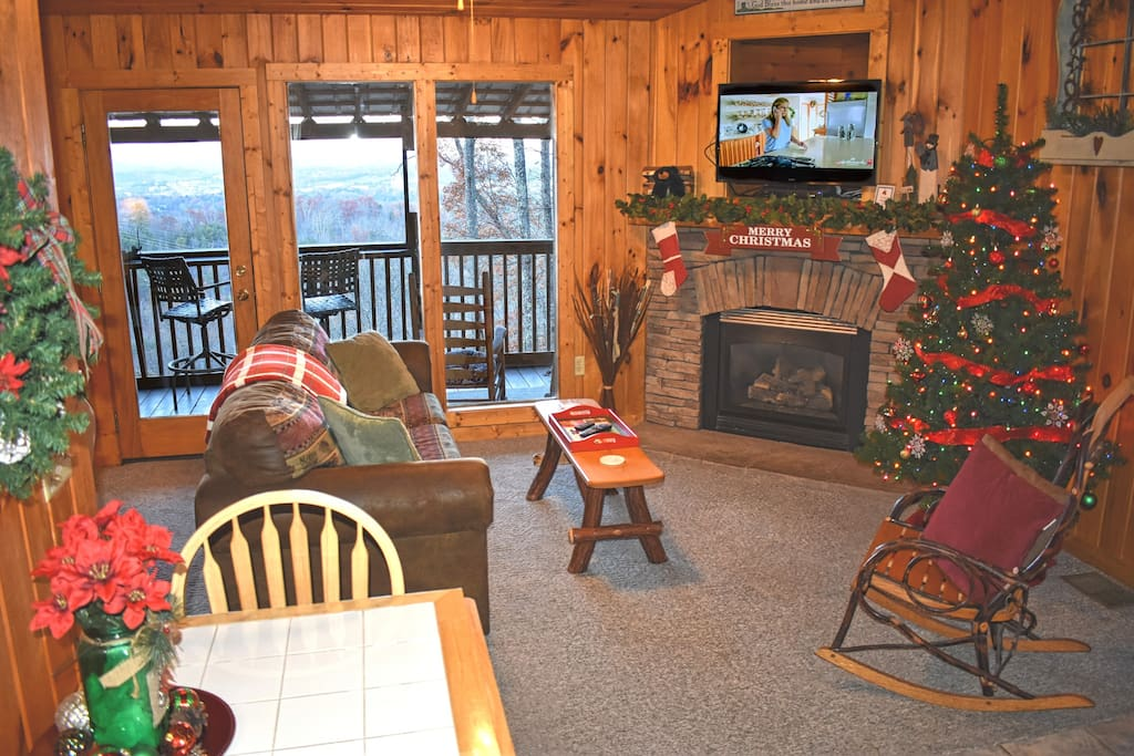 The Christmas Decorations just add to the coziness of this cabin, accompanied by the incredible views!