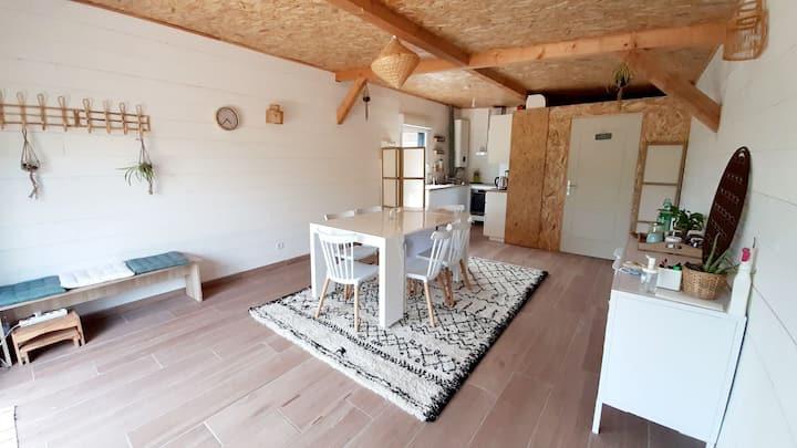Joli studio en bois climatisé & terrasse privative