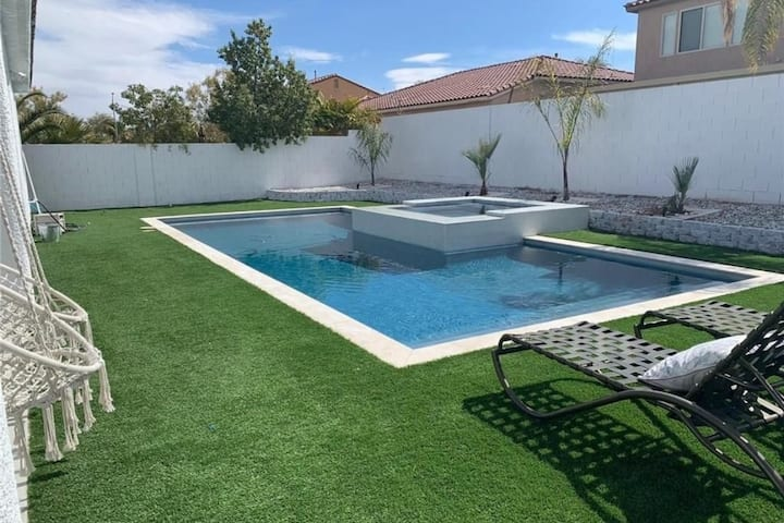 Heated pool & jacuzzi in 3 bedrooms house